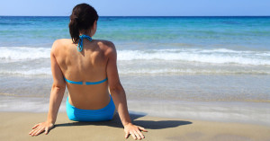Byggmaxin mainos toimii parhaiten, kun vapaaehtoismarkkinoijat ovat hankkineet esimerkiksi rannalta hiekkaa haaroihinsa.