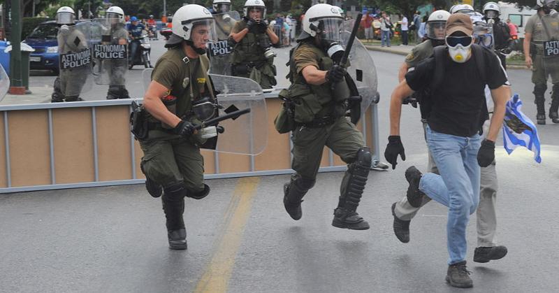 Mellakkapoliisi Kreikassa. Alkuperäinen kuva: Ggia / CC BY-SA 3.0.