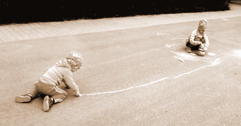 Katuliitupäivänä lapset piirsivät pihalle jumpparadan - yhdistivät paheksutun taiteen paheksuttuun liikuntaan.