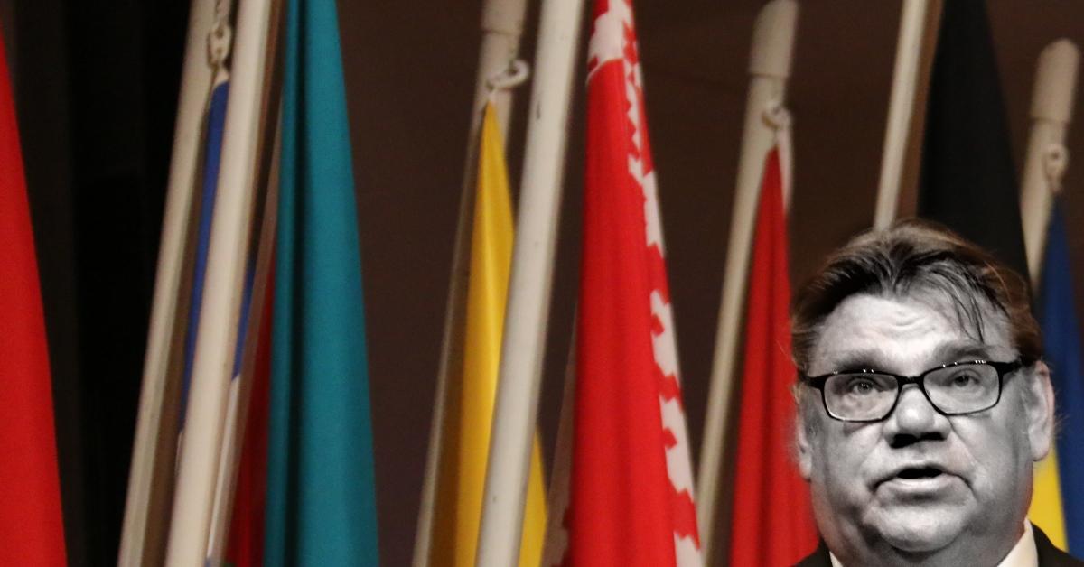 Timo Soini kesäkuussa 2015. Kuva: rajaus ja muokkaus alkuperäisestä. Alkuperäinen kuva: OSCE Parliamentary Assembly. CC BY-SA 2.0.