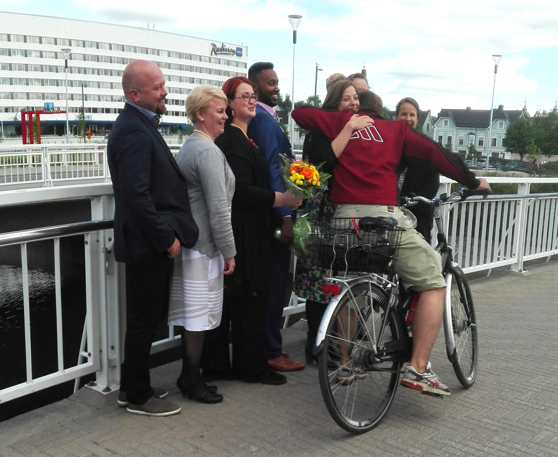 Polkupyöräilija pysähtyi halaamaan Li Anderssonia.