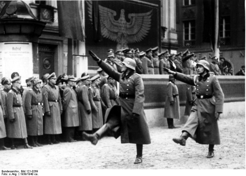 Parade in Krakau Vorbeimarsch eines Polizei-Bataillons vor Generalgouverneur Frank und Himmler, 1939/40