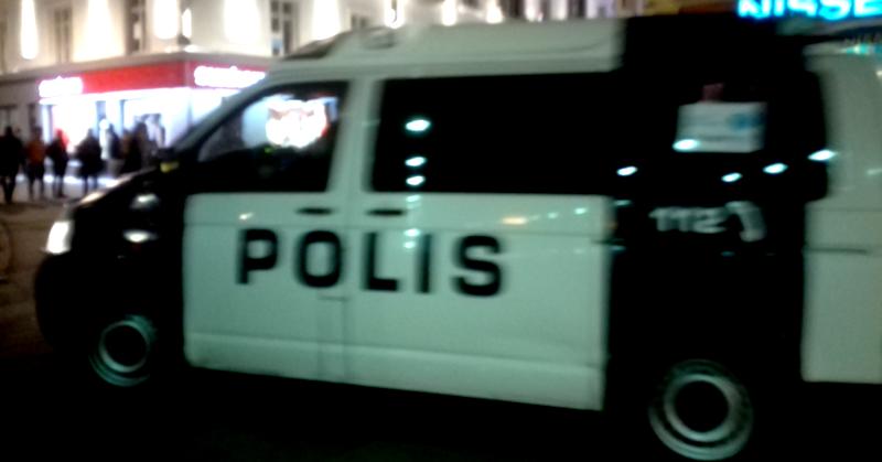 Poliisi vei Soldiers of Odin -jengiläisiä Oulun keskustasta.