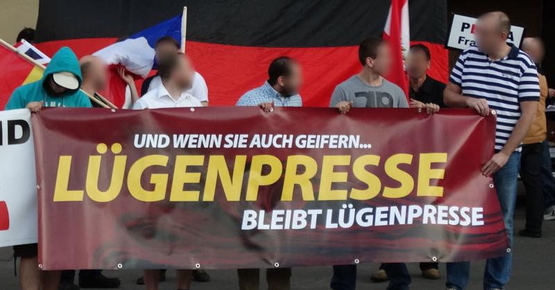 Saksassa on otettu uudelleen käyttöön HItlerin aikoina suosittu lügenpresse-ilmaisu, joka tarkoittaa valehtelevaa lehdistöä. Kuva: rajaus alkuperäisestä. Alkuperäinen kuva: opposition24.de. CC BY 2.0.