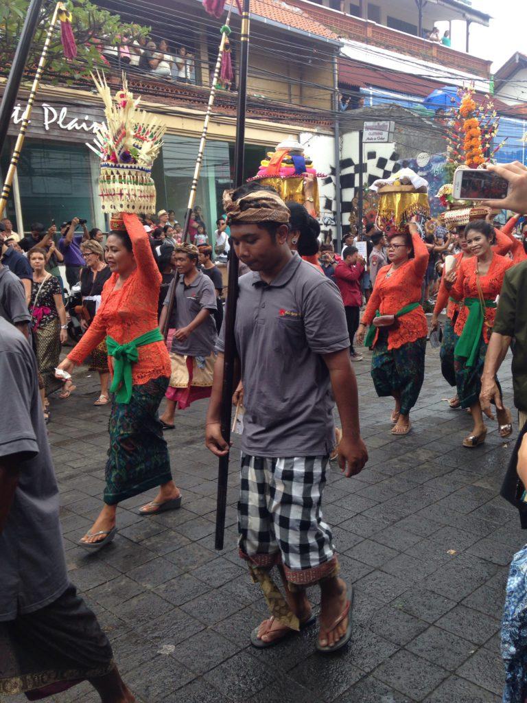 Ubud yllätti kuningasperheen jäsenen hautajaiskulkueella. (IL)