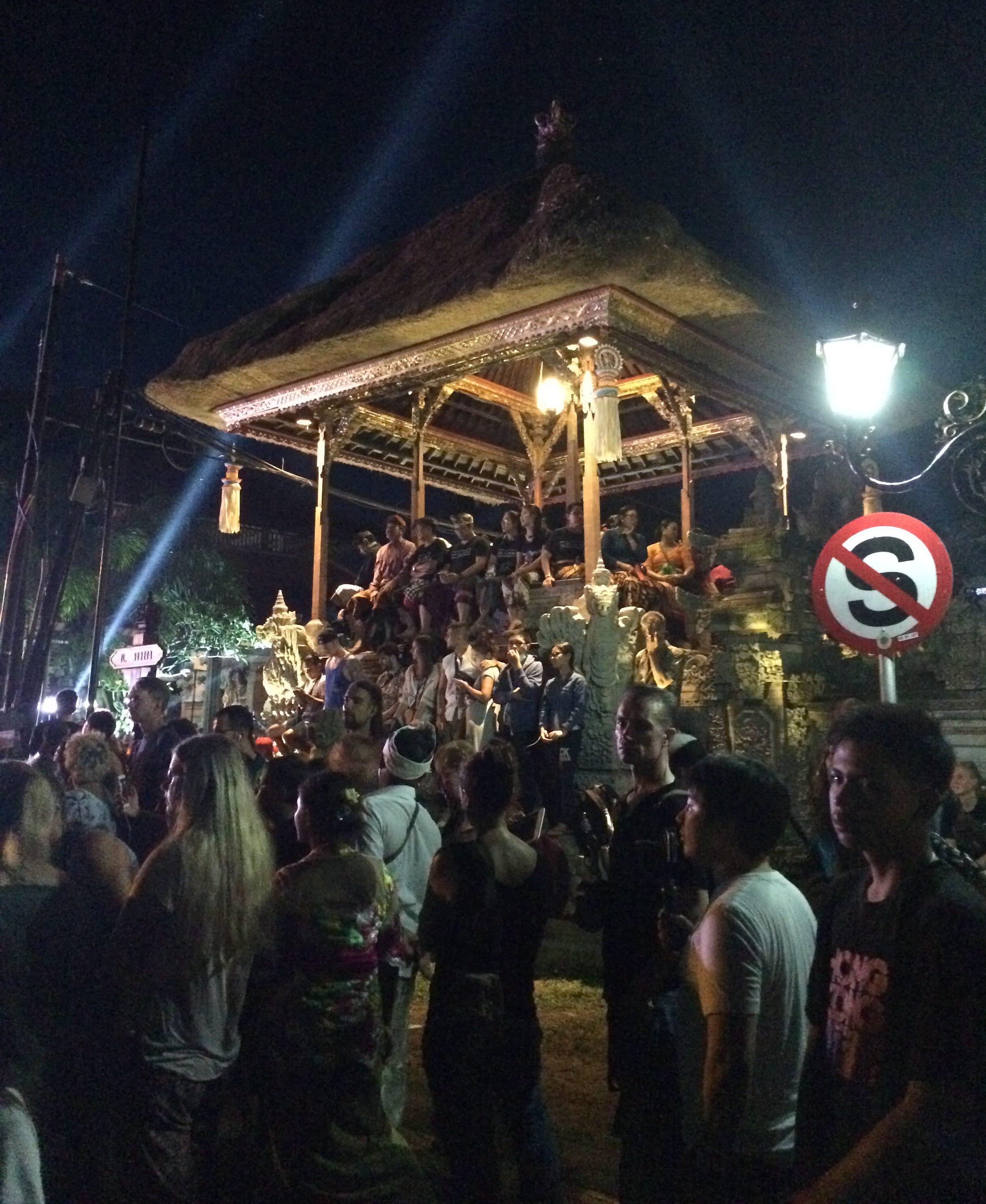 Nyepi liikkuttaa väkijoukkoja. (TM)
