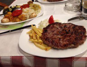 Pljeskavica on tyypillinen serbialainen ruoka. (IL)