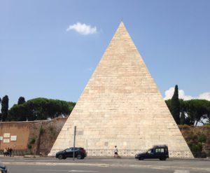 Piramiden asema sai nimensä tästä.