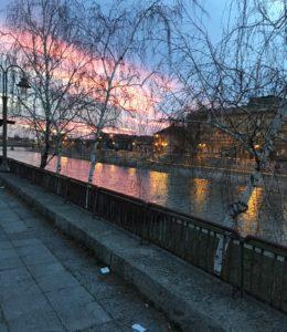 Niš ja Nišava-joki ovat kauniita auringonlaskussa.