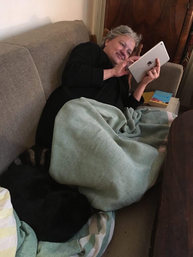 Kissanomistaja saa aina seuraa sohvalle.