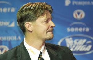 Moni ei muista, että kaksi maailmanmestaruutta voittanut valmentaja Jukka Jalonen on tehnyt lyhyehkön uran myös pelaajana. Kuvassa Jalonen SM-liigaristeilyllä syksyllä 2005.