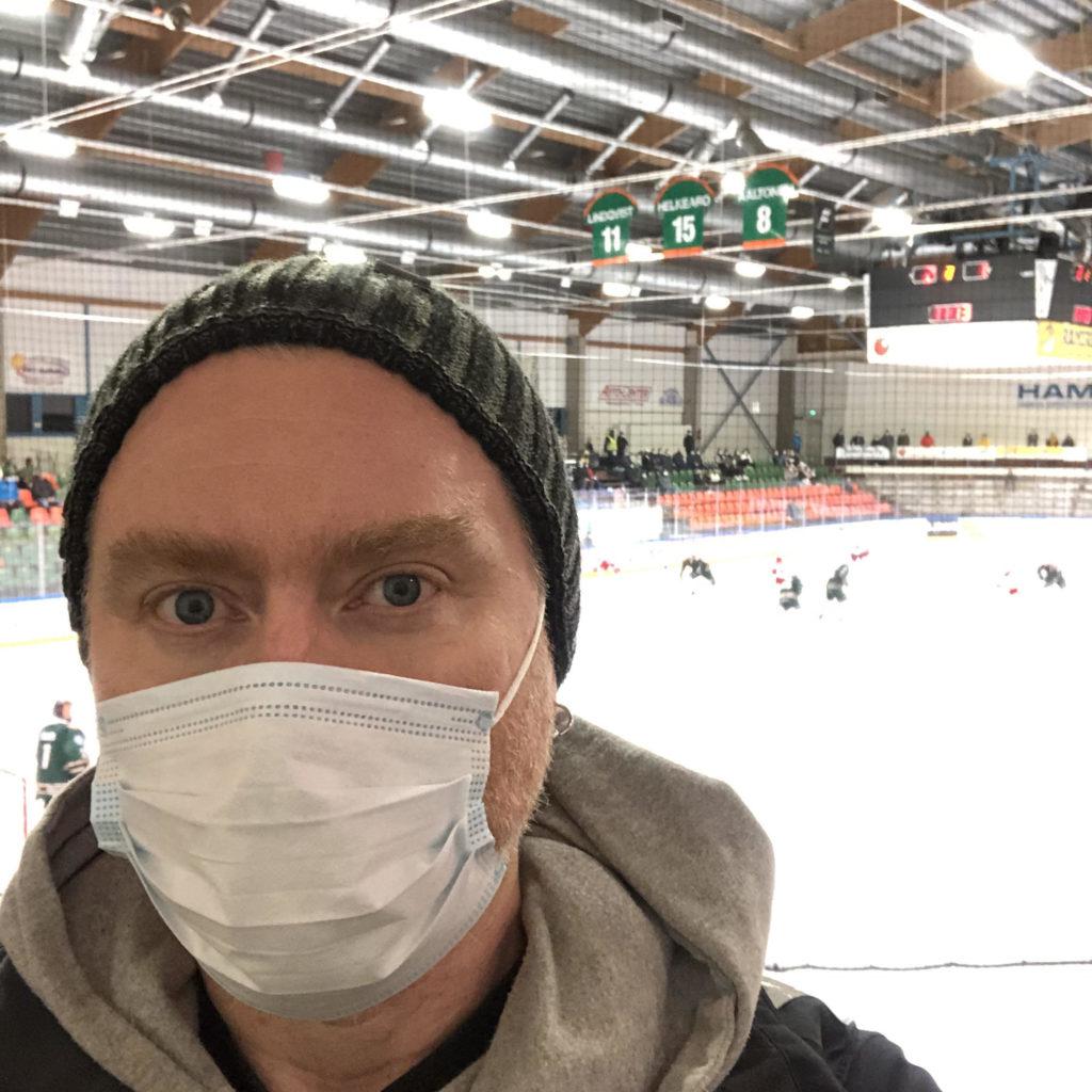 """Seuran mies Jukka Vuorio nautti isyyslomansa hetkestä Forssan jäähallissa. """"Isyysloma on ihmisen, tai ainakin isän, parasta aikaa"""", hän sanoo."""