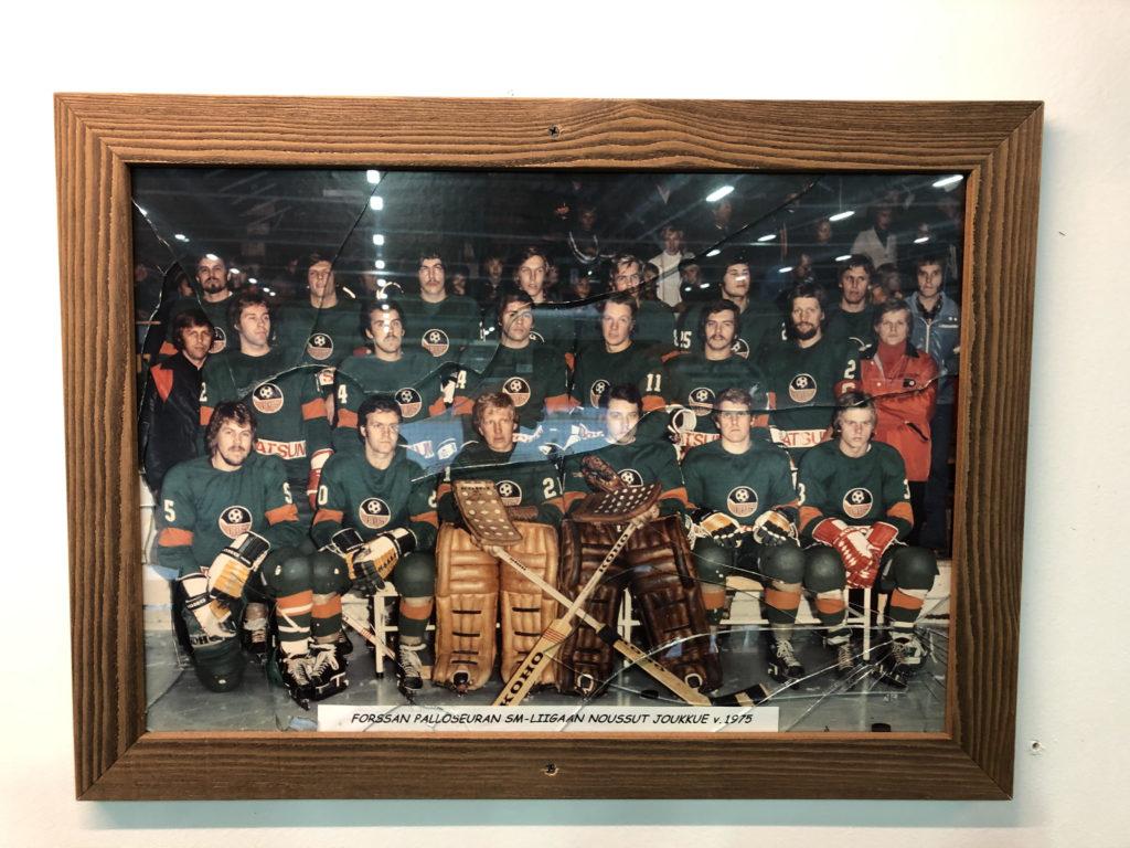 Forssan jäähallin seinältä löytyi kehystetty vanha valokuva, jonka lasit olivat hajalla. Mutta historian siivet havisevat silti komeasti. Kuvassa on Forssan Palloseuran SM-liigaan noussut joukkue vuodelta 1975.