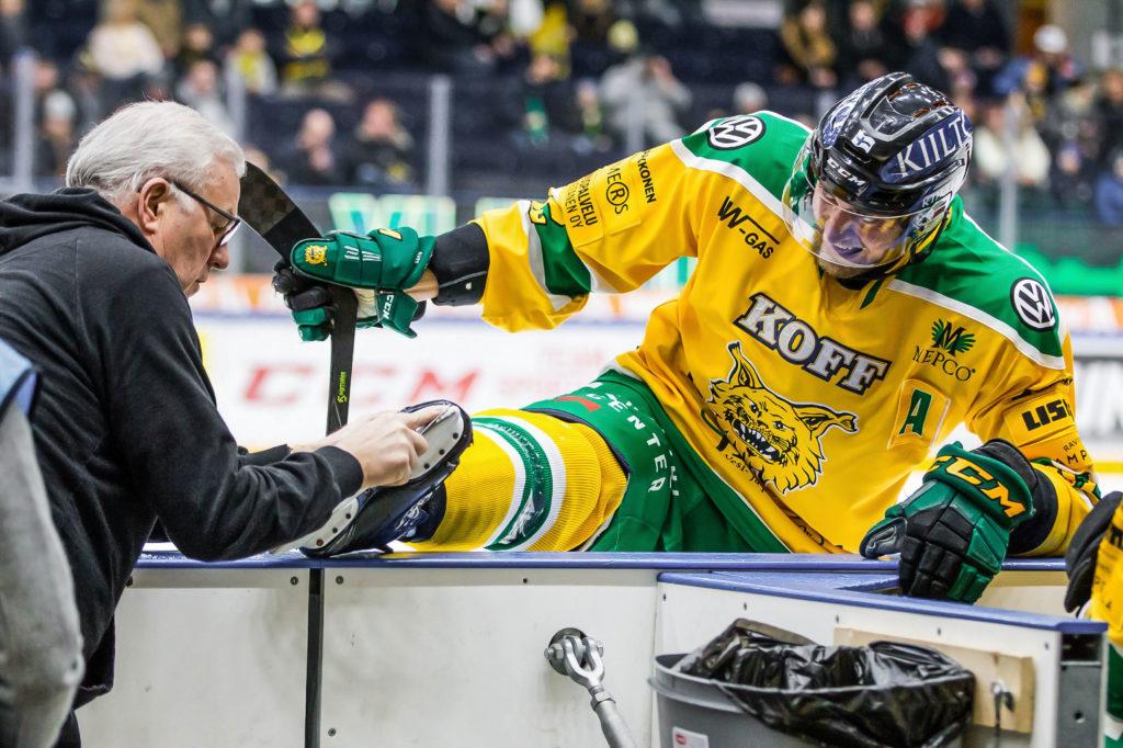 Lasse ja Ässä. Lasse Laukkanen huoltaa Sami Sandellin luistimia kesken ottelun.