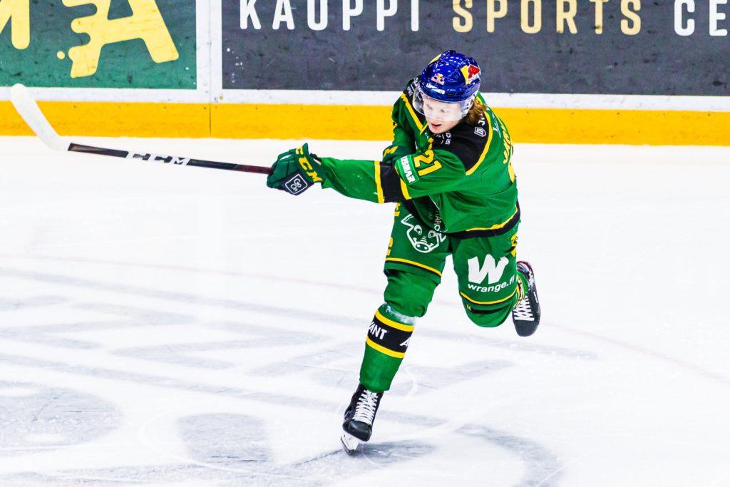 Ilveksen Roby Järventie laukoi lokakuussa pelatussa liigaottelussa Vaasan Sportia vastaan.