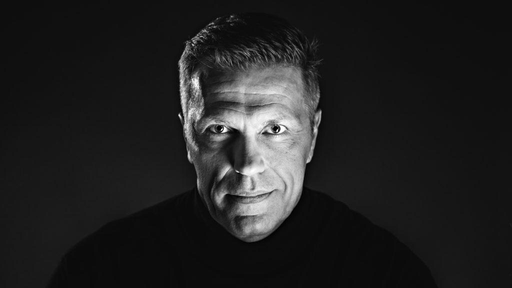 Jari Sarasvuo Yle Puheen mainoskuvassa 2018.