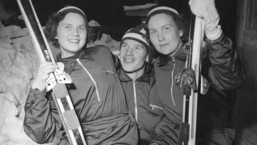 Sirkka Vilander (o.s. Polkunen) (kuvassa vasemmalla) oli viestihiihdon olympiavoittaja vuodelta 1956. Keskellä kansanedustajanakin urallaan työskennellyt Heikki Hasu, joka voitti olympiakultaa yhdistetyssä vuonna 1948 ja maastohiihdon 4x10 kilometrin viestissä vuonna 1952. Oikealla kansallisen tason huippuhiihtäjä Maire Hahl, joka osallistui urallaan myös kansainvälisiin arvokisoihin. Kuva on vuodelta 1952.
