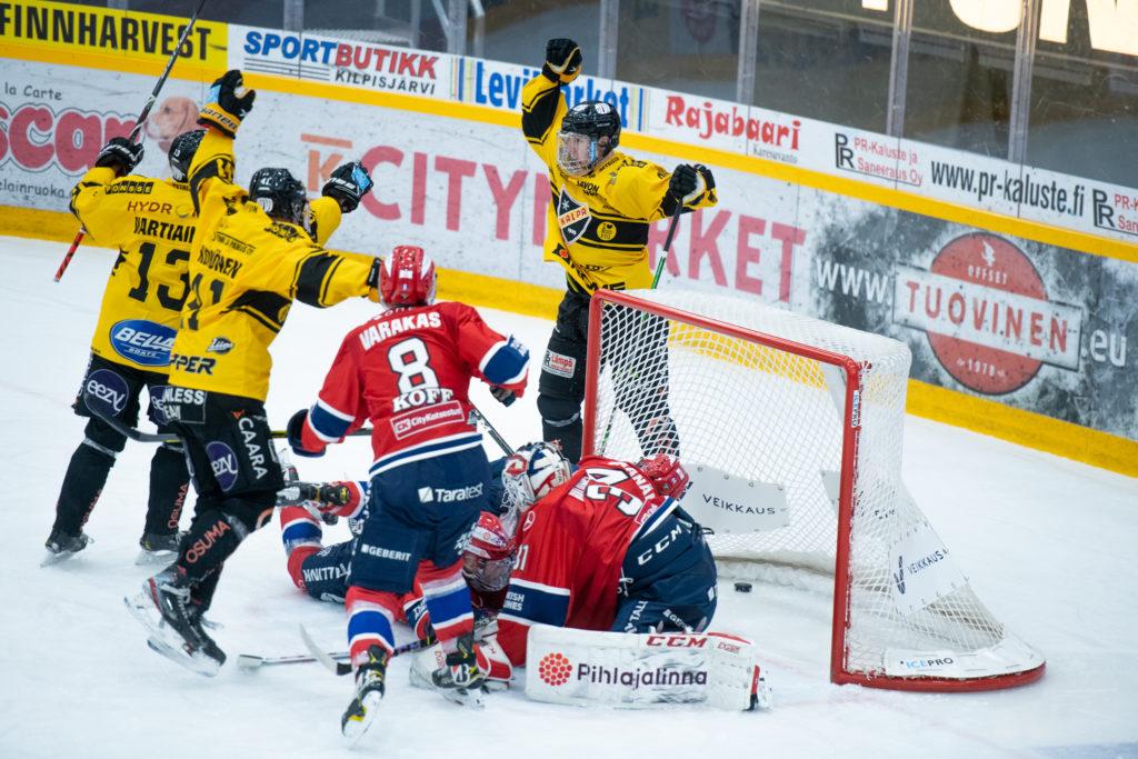 Aapeli Räsänen (oik.) on juuri tehnyt maalin Helsingin IFK:n verkkoon.