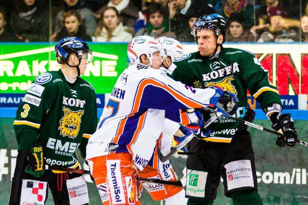 Puolustaja Atte Pentikäinen (oik.) edusti urallaan kumpaakin tamperelaista liigaseuraa.