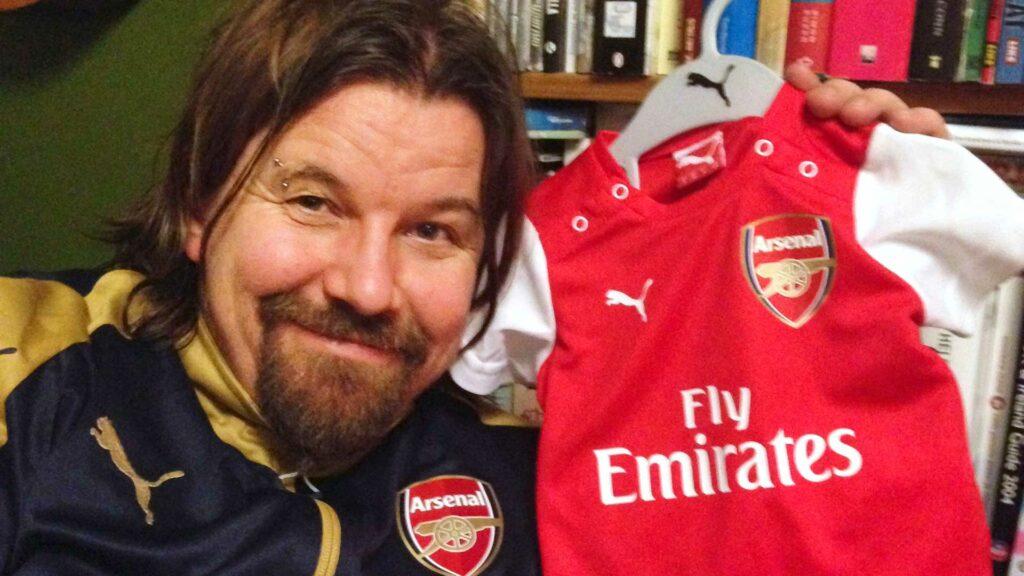 Kari Kanala tukee suosikkiseuraansa Arsenalia ostamalla seuran fanituotteita.