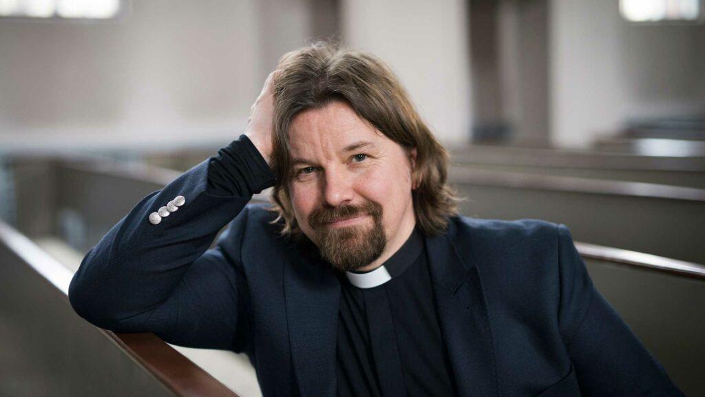 Kirkkoherra Kari Kanala kertoo olevansa kolmen j-kirjaimen mies: Jalkapallon, Jeesuksen ja juuston.
