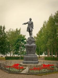 Petroskoin eri kausia symboloivat hallitsijapatsaat  kuten Pietari Suuren patsas.