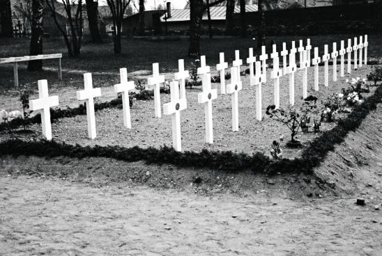 Pitäjän kirkkoherralla oli raskas urakka suruviestien viemisessä, jos kaatuneita oli paljon. Kuva: SA-kuva.