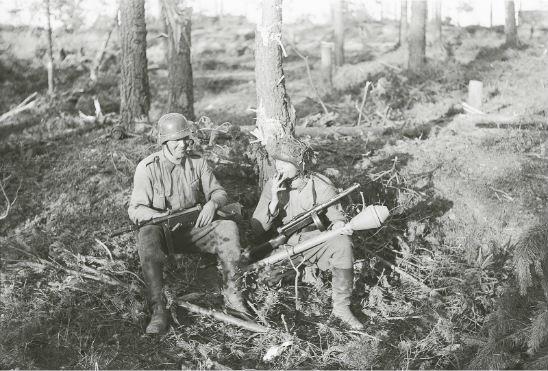 Kaksi rohkeaa lähitorjujaa, ylikersantti Eino Lohela ja kersantti Kaarlo Niemelä Ihantalassa 13.7.1944. Kuva: SA-kuva.