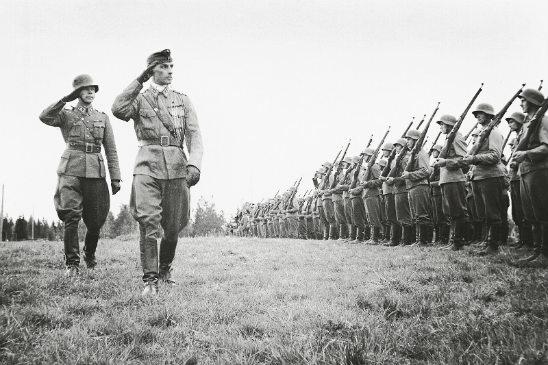 Everstiluutnantti Adolf Ehrnrooth tarkastaa taistelijoidensa rivit. Kuva: SA-kuva.
