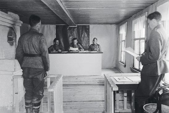 Kenttäoikeus työssään elokuussa 1942. Kuva: SA-kuva.