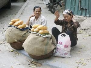 Hanoin asukkaat suhtautuvat turisteihin ystävällisen uteliaasti.