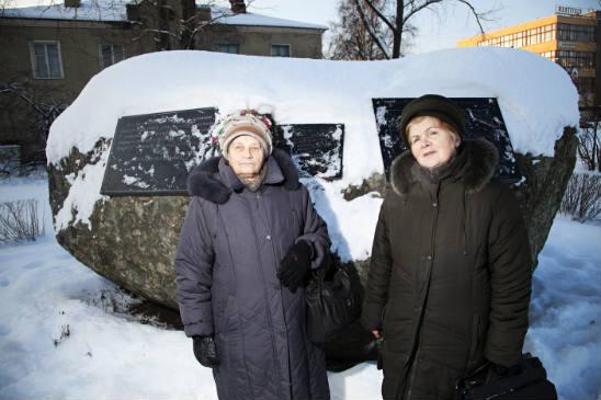 Antonia Kalkaseva ja Klaudia Nuppijeva seisovat entisen keskitysleirin alueella. Muistomerkki kertoo paikan synkästä historiasta. Kuva: Pekka Nieminen.