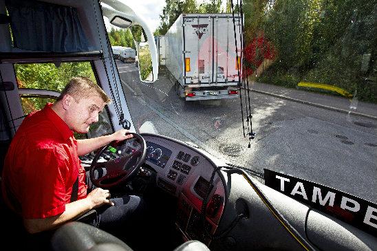 """Pekka Möttö ajoi Onnibusin autoja ensin Lauri Helken kanssa talkoomeiningillä. """"Ajateltiin, että jos hölmöillään, tehdään se ainakin itse."""" Kuva: Rami Marjamäki."""