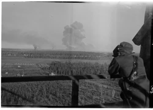 8.10. 1944 kello 9.13 otettu kuva. Tuolloin Laurilan asemanseutu räjäytettiin. Taustalla räjähdyspatsas. Kuva: SA-kuva.