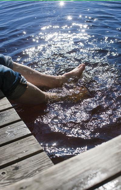 Kesällä on ihana vilvoitella ja heilutella jalkoja järvivedessä.