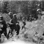 Sotilaat joutuivat valvontaupseerin mukaan taistelemaan ja marssimaan viikkokausia ilman lepoa. Kuva: SA-kuva.