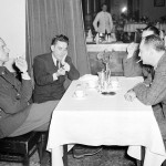 Pathe-Newsin elokuvaaja ja Time-lehden kirjeenvaihtaja   jututtavat suomalaista sotilasvirkailijaa Hotelli Kämpissä. Kuva: SA-kuva.