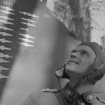 Hävittäjälentäjä Lauri Nissinen koneensa äärellä keväällä 1942, jolloin hänet oli juuri ylennetty vänrikiksi. Kuva: SA-kuva.