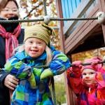 Helmi näkee päiväkodissa tavallisia lapsia ja saa heistä mallia. Päiväkodin muiden lasten on myös hyvä nähdä erilaisuutta.