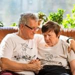 Eevan ja Petterin paitojen kuvissa muistisairaat ovat virran armoilla koskessa. Rannalla omaiset ja asiantuntijat yrittävät antaa ohjeita.