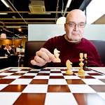 Jorma Kekki pelaa nykyään shakkia vain omaksi ilokseen. Skitsofreenikolle kilpaileminen on liian stressaavaa.