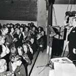 Rahahuolten raskauttama tangokuningas keikkaili viimeisiin vuosiin asti. Vaikka halvaukset veivät osan puhekyvystä, kulki laulu lähes loppuun asti. Kuvat on otettu Hankasalmen tanssilavalta marraskuussa 1970.
