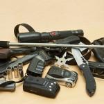 Imatran, Vaalimaan ja Nuijamaan rajanylityspaikoilta takavarikoituja esineitä. Kuvan aseilla ammutaan kumiluoteja.