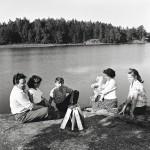 Koko perhe koolla Sipoon saariston kesänviettopaikassa. Virrat olivat ulkoilmaihmisiä. Norrholmenissa vietettiin aikaa uimisen ja kalastuksen ohella myös pöytätennistä pelaten.