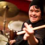Toni on soittanut rumpuja 6-vuotiaasta lähtien. Jazz-bändissäkin soittanutta kokenutta muusikkoa ei esiintyminen jännitä.