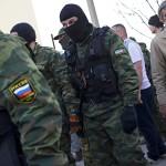 Venäjän ja Krimin tunnuksia kantaneet sotilaat vartioivat Krimillä sijaitsevaa Belbekin lentokenttää 22.3.2014.