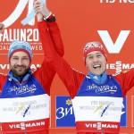 Venäläiset Alexey Petukhov ja Nikita Kriukov tuulettavat voitettuaan spinttiviestin maailmanmestaruuden. Venäjänkielinen teksti mainostaa vodkaa.