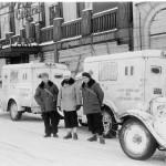 Lumenvalkoisten ambulanssien kyljessä lukee Ranskan Punaisen ristin lahja Suomen Punaiselle ristille. Autot seisoivat Helsingissä Mikonkadulla ilmeisesti tarkoituksella ravintolan edessä, jonka oven yläpuolella lukee Paris Cabaret.