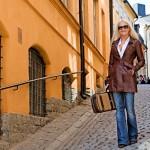 HYVÄ LINDA! Linda saapastelee Tukholman vanhassa kaupungissa nahkatakissa ja farkuissa, joilla hän luo arkisen tunnelman näyttäen silti hohdokkaalta.