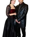 TARJA KOMPUROI Itsenäisyyspäivän juhliin 2003 Tarja oli pukeutunut kuin linnanneito. Mutta olisiko asu sopinut paremmin Draculan kuin Presidentin linnaan? Meikki taas oli turhankin vaatimaton.
